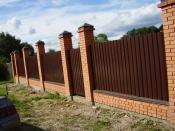 brique et clôture ondulée