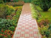 Бетонная брусчатка на садовых дорожках, как правильно выбрать бетонную брусчатку, как правильно уложить бетонную брусчатку