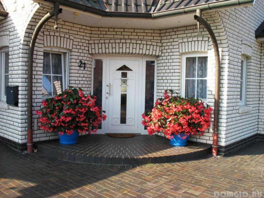 Как украсить фасад дома цветами своими руками 53