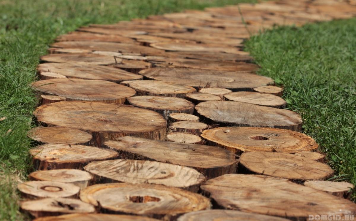 Деревянные дорожки из спилов на даче