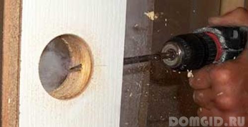 Установка межкомнатных дверных ручек